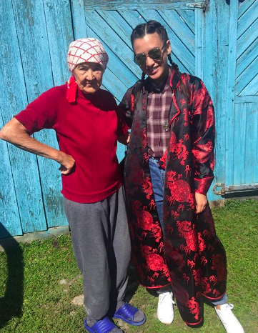Азия с бабушкой (Фото: @asia_tsydenova)