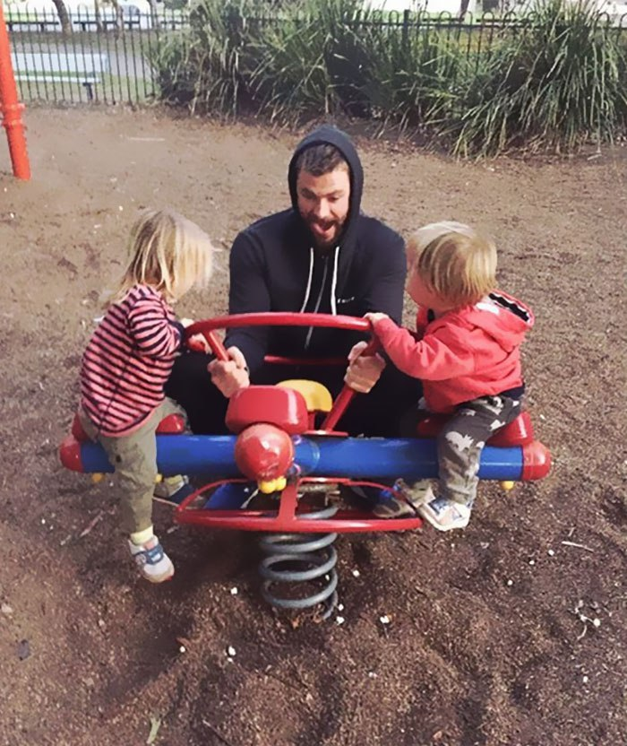 Крис Хемсворт с двойняшками Тристаном и Сашей