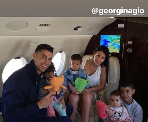 Криштиану Роналдо и Джорджина Родригес с детьми