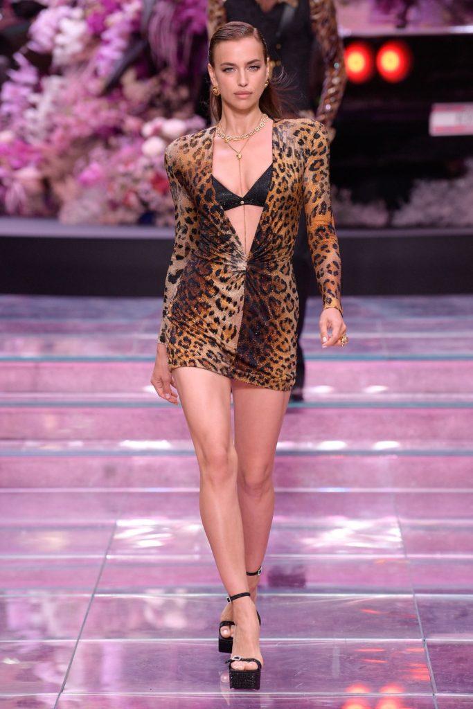 Ирина Шейк на показе Versace