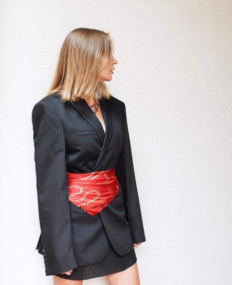 Ну и самый необычный вариант - завязывай яркий шелковый платок поверх черного оверсайз-пиджака. Как пояс!