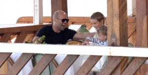 Семейная идиллия! Новые фото Джейсона Стэтхема и Роузи Хантингтон-Уайтли с сыном на отдыхе
