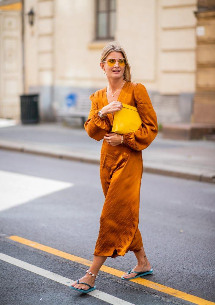 Еще один образ, который надо взять на заметку - вьетнамки + шелковое платье и яркий клатч