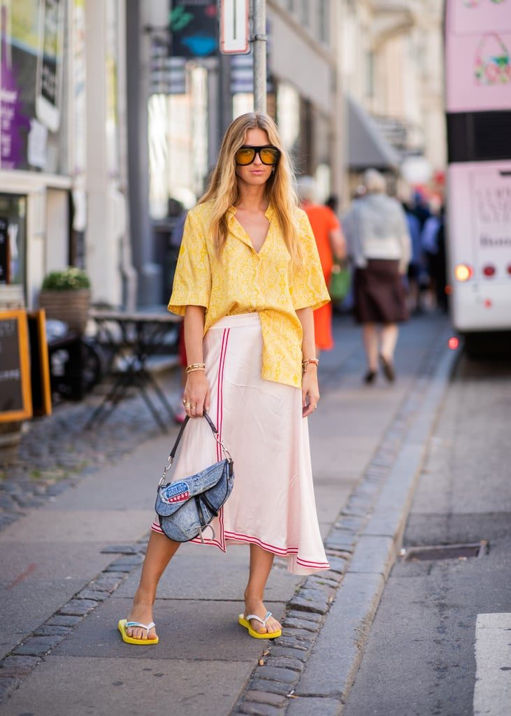 Носи с юбкой-миди и рубашкой с коротким рукавом. Такая обязательно должна быть в твоем гардеробе этим летом!
