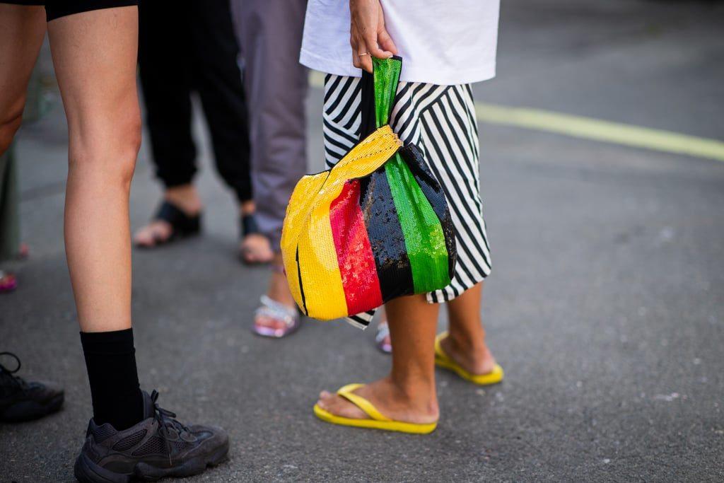 Носи яркие вьетнамки с аксессуарами в тон