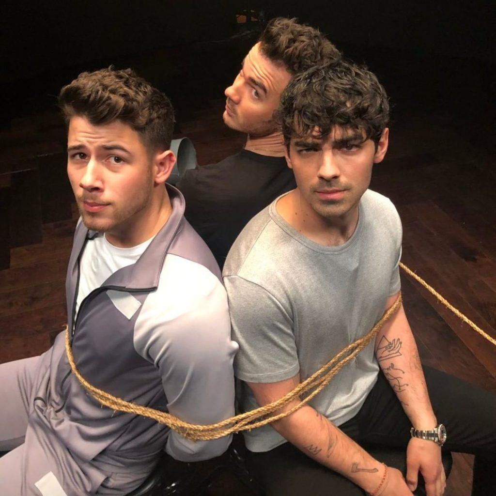 Воплотил в жизнь самую смелую секс-фантазию фанаток Jonas Brothers - связал их