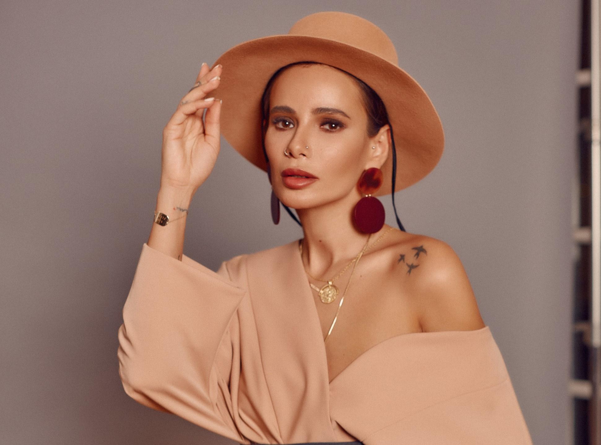 Добавь в заметки: как попасть к косметологу Айзы Анохиной?