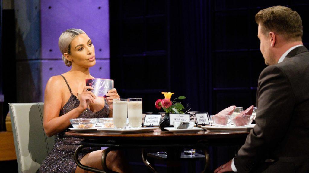 Заставил Ким пить смузи из рыбы, когда она отказалась отвечать на вопрос о беременности Кайли и Хлои. Тогда-то мы и поняли - они точно в положении!