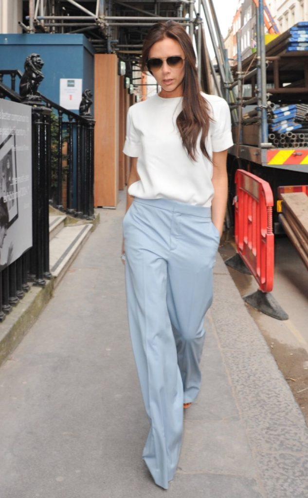 Носи голубые брюки с белой футболкой и лодочками, как делает Вики Бэкхем
