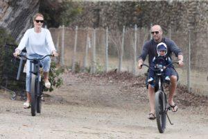 Любимая семья! Роузи Хантингтон-Уайтли и Джейсон Стэтхем катаются на велосипедах с сыном