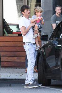 Мила Кунис и Эштон Кутчер замечены на прогулке с детьми. Актер все еще с усами!