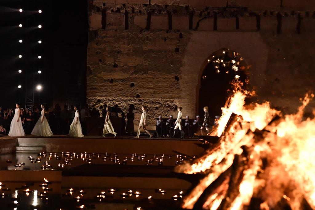 Принять участие в круизном показе Dior во дворце Каср-аль-Бади, украшенном сотнями свечей, аутентичной керамикой и подушками.