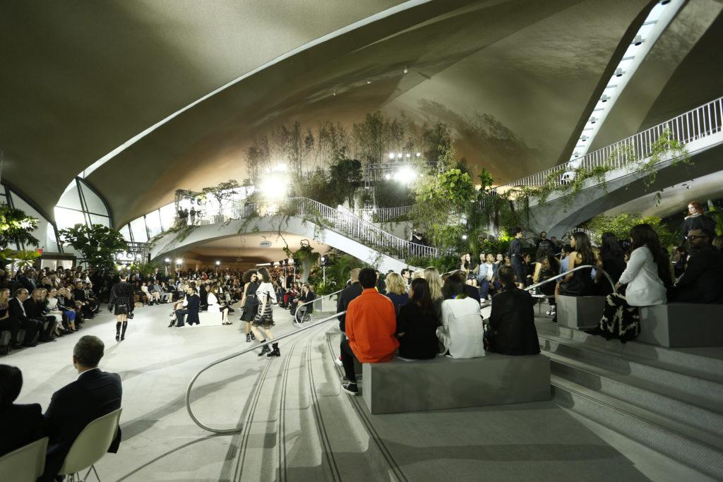 Поучаствовать в круизном показе Louis Vuitton в уникальной архитектурной локации – знаменитом терминале TWA Flight Center, превращенном в тропический оазис.