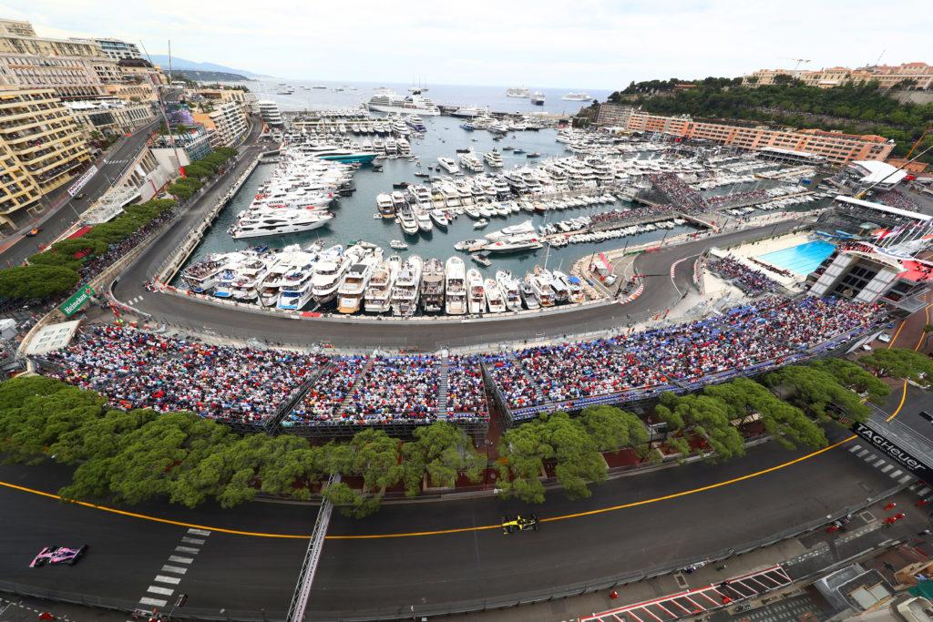 Азартно болеть за любимую команду на Гран-при Монако Формулы-1 с террасы люкс.