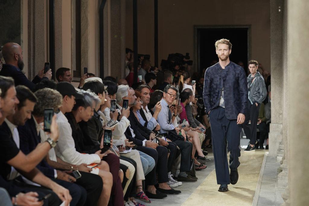 Посмотреть новинки модных брендов, сидя в первом ряду на показах миланской Недели моды.