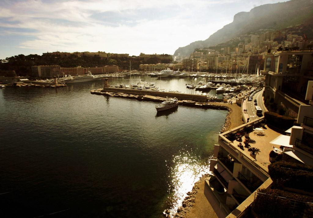 Прокатиться на кабриолете по Лазурному побережью под любимую музыку, любуясь голубым морем и сотнями белоснежных яхт в Порт Эркюль.