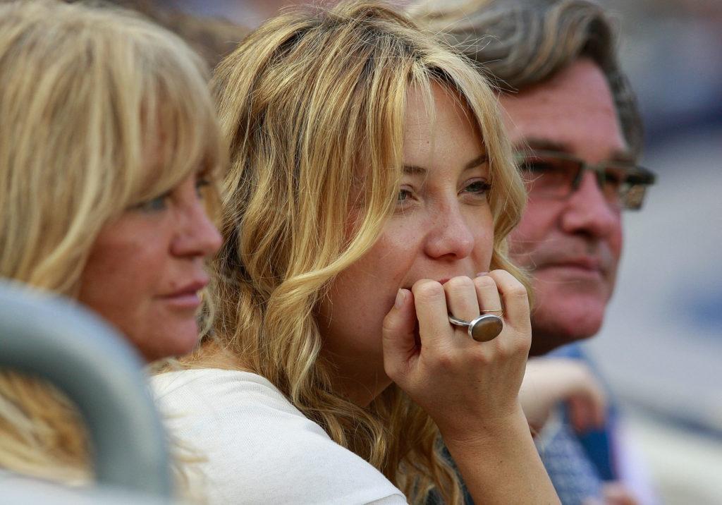 Кейт Хадсон, Билли Хадсон и Голди Хоун: Кейт Хадсон родилась в семье певца Билла Хадсона и известной актрисы Голди Хоун. Но после развода родителей Кейт воспитывал второй муж матери — Курт Рассел.