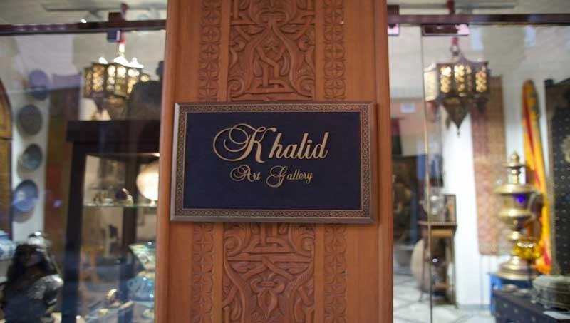 Отправиться за антиквариатом в галерею Khalid, владелец которой достает невероятные экземпляры для многих знаменитостей и королевских семей.