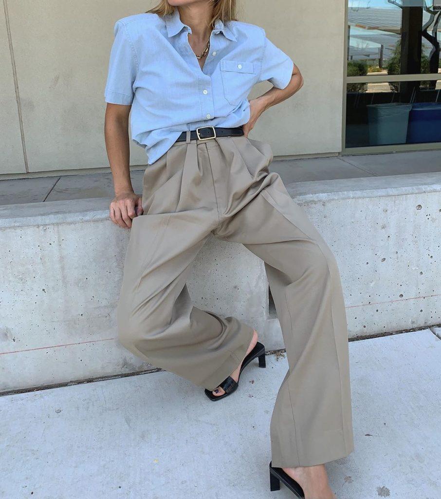 Носи голубую рубашку с коротким рукавом с бежевыми брюками и мюлями