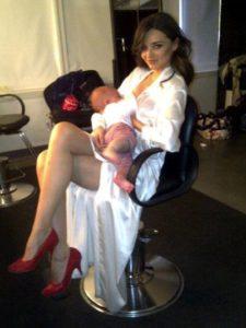 Звезда «Папиных дочек» Дарья Мельникова показала, как кормит сына грудью. Собрали всех звезд, кто делает так же!