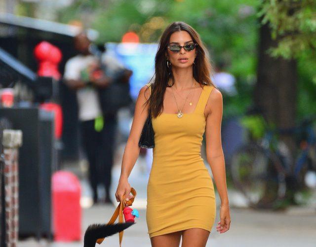 Мини-платья в моде! Эмили Ратаковски показывает, как их носить