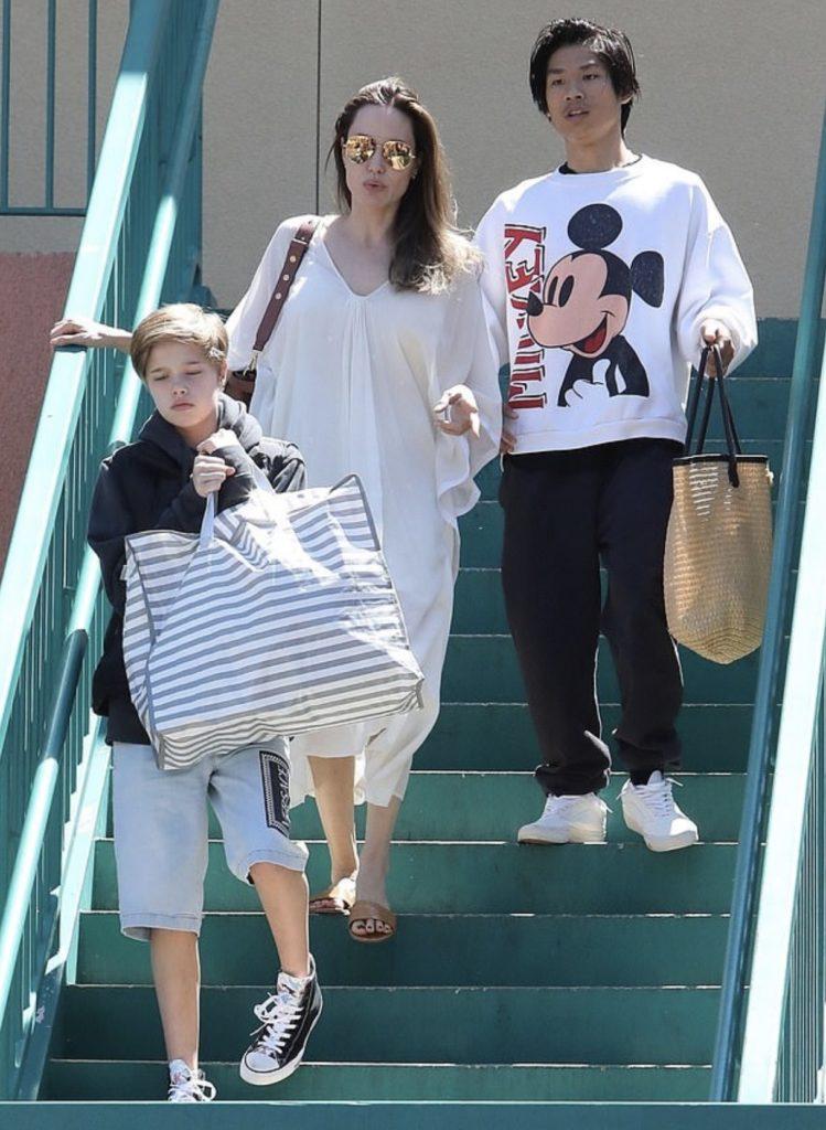 Анджелина Джоли с детьми (фото legion-media.ru)