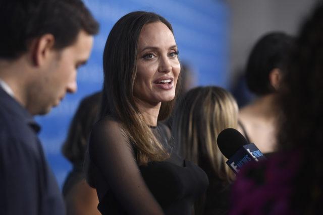 Вот продавец ошалел: Анджелина Джоли в магазине с детьми