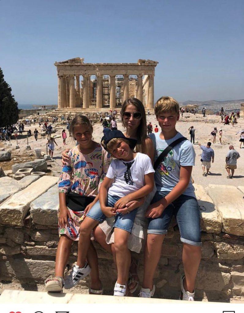 Юлия Барановская с детьми в Афинах