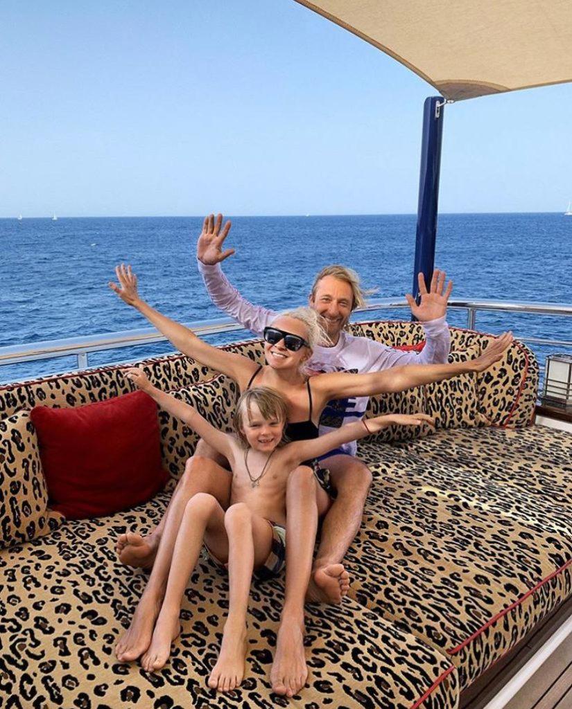 Евгений Плющенко с Яной Рудковской и сыном на Сардинии