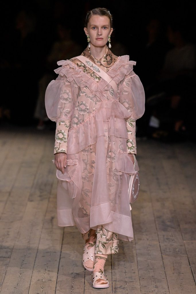 Модели всех возрастов на показе Simone Rocha в Лондоне
