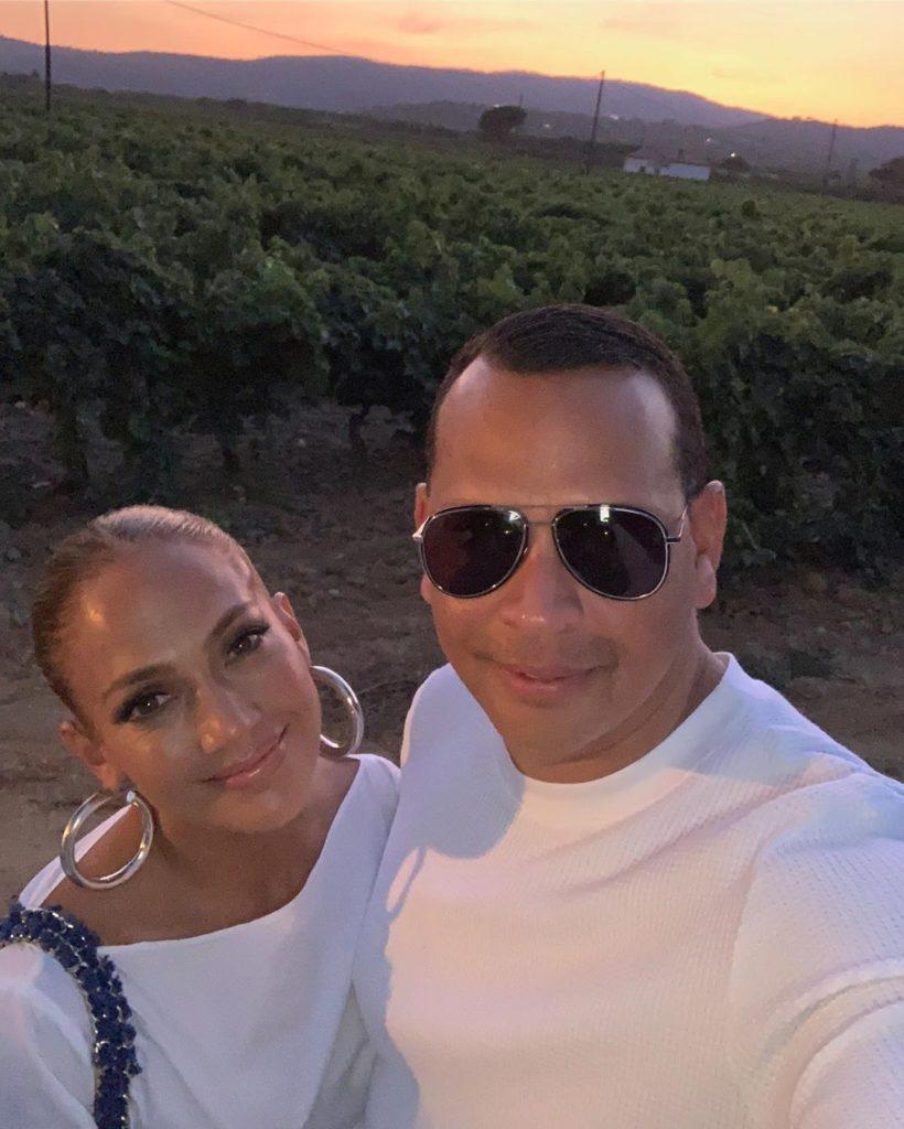 Гардероб в отпуск: все выходы Дженнифер Лопес во Франции