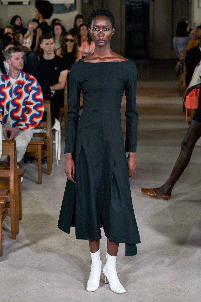 Эффект «Боттеги»? Обувь с квадратным мысом и стеганые юбки на показe A.W.A.K.E.