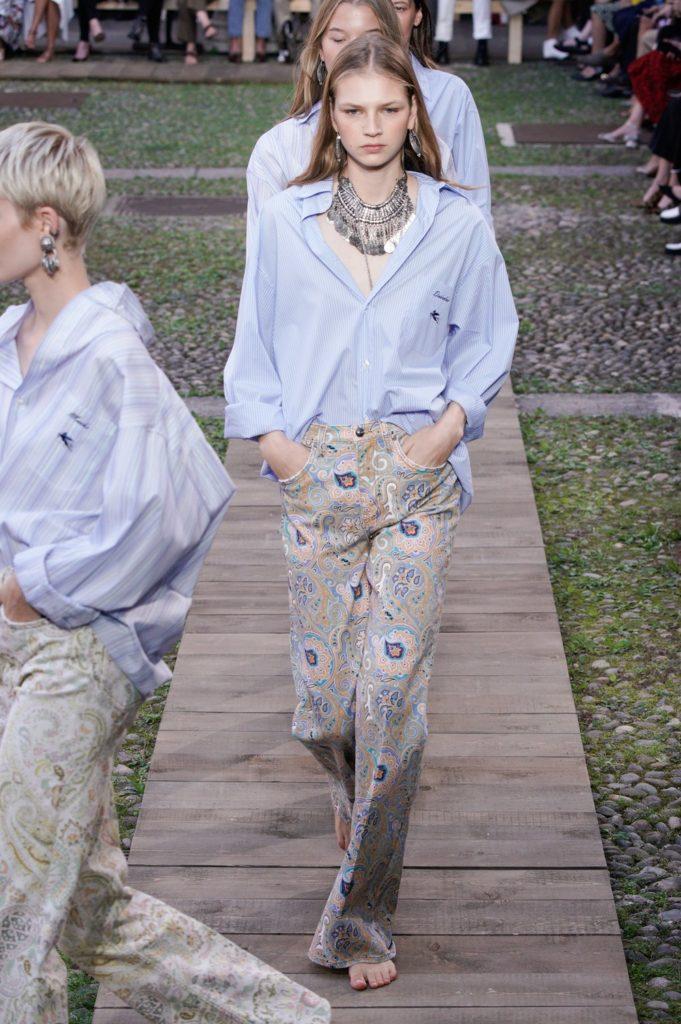 Ирина Шейк и Белла Хадид на показе Etro в Милане. Смотри все шоу здесь!