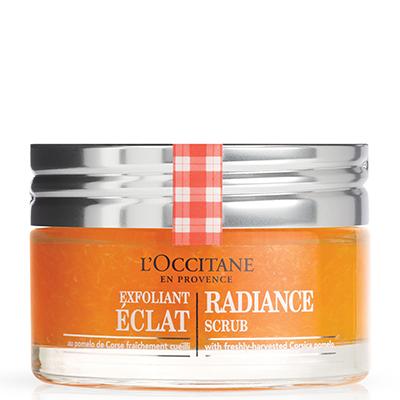 Скраб для сияния кожи L'Occitane, 3350 р. Подходит для использования несколько раз в неделю. Отшелушивает, выравнивает рельеф кожи и возвращает ей ровный тон.