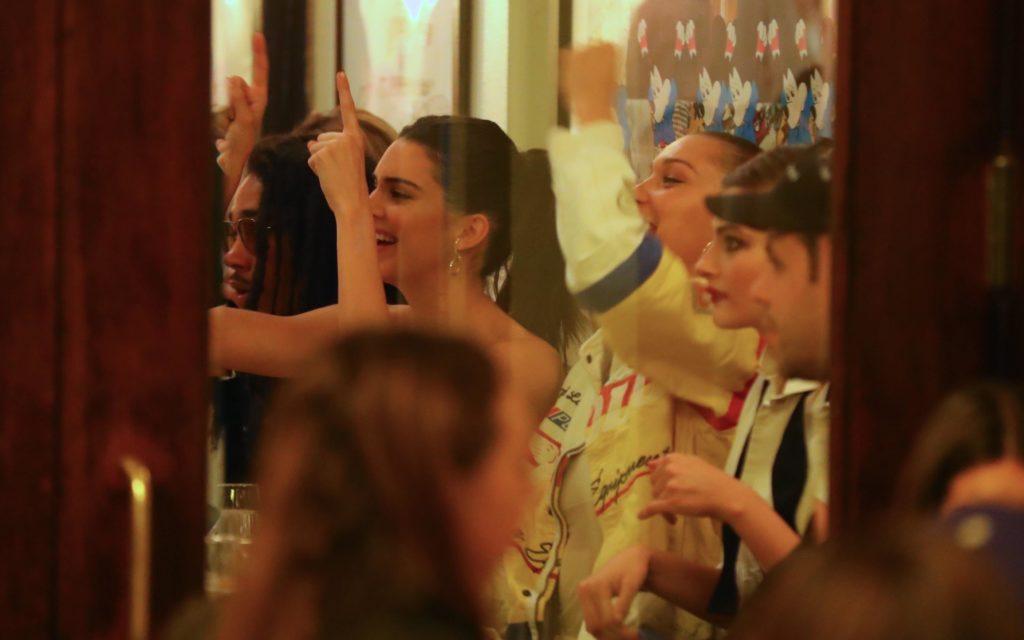 Немного тусовок после показов: Кендалл Дженнер и Белла Хадид зажигают в ресторане