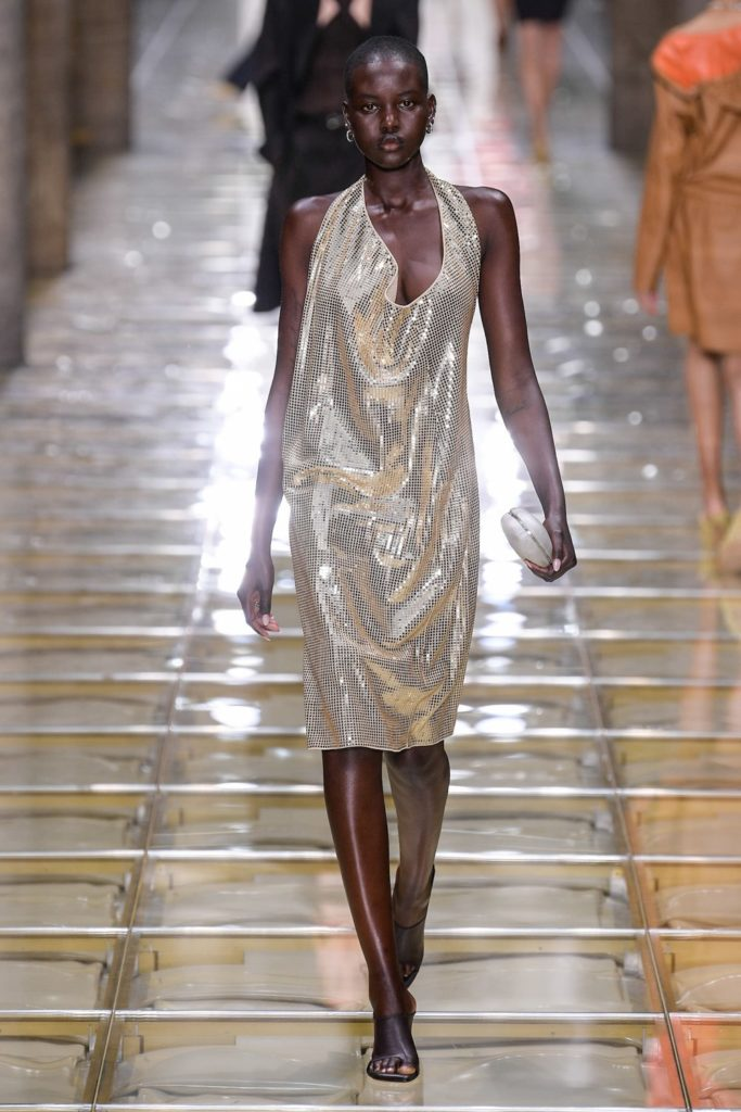 Гигантская плетеная сумка мечты и пупырчатые босоножки на шоу Bottega Veneta