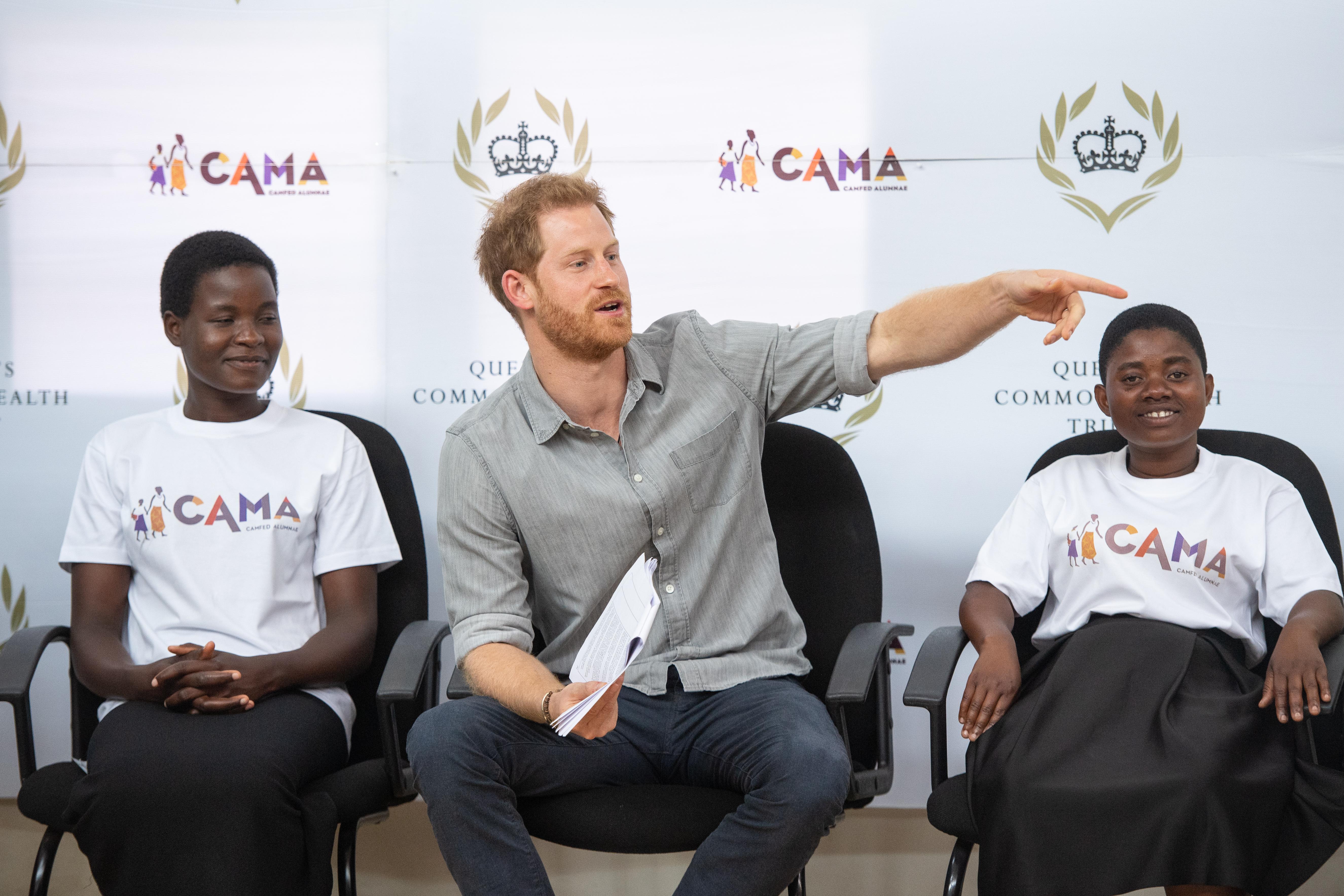 Вот это сюрприз! Принц Гарри приехал на конференцию в Африке, но не один