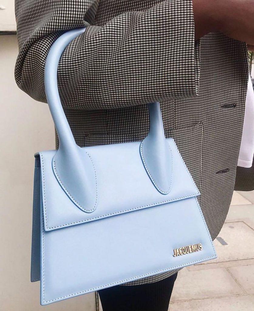 Jacquemus Le Chiquito bag - мечта миллионов it-girls планеты. Как только Симон Порт Жакмюс выпускает их в продажу (в любом размере), уже через несколько часов на сайте полный солдаут