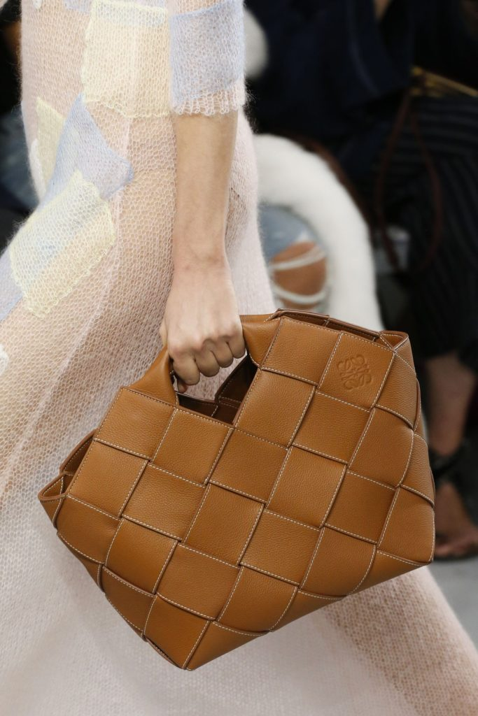 Плетеная Basket Bag пришла на замену Puzzle Bag супермодного бренда Loewe