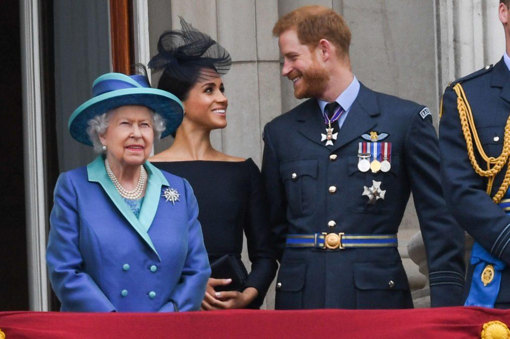 Королеву Великобритании Елизавету II огорчила критика принца Гарри