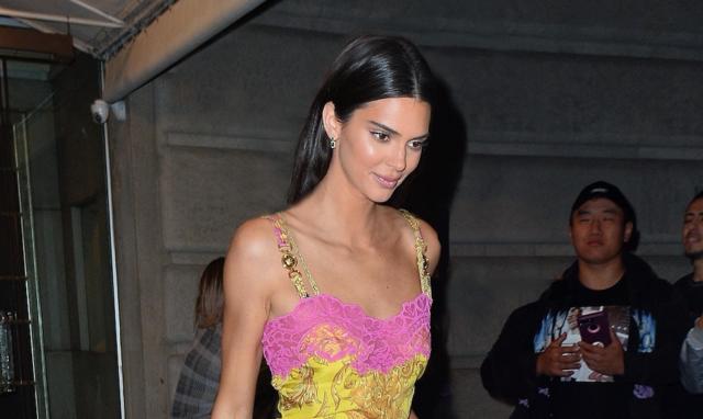 А платья все короче: новый выход Кендалл Дженнер в Versace