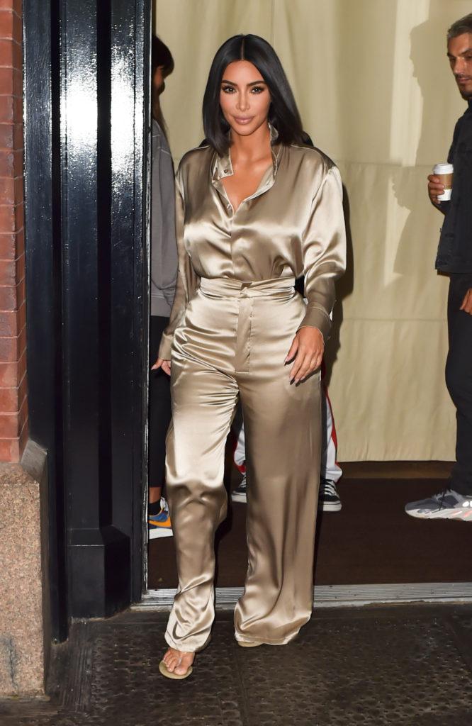 С новой прической и в шелковом костюме: очень крутой выход Ким Кардашьян