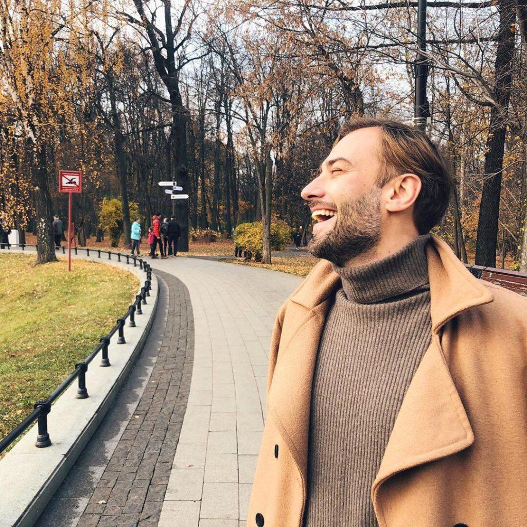 Дмитрий Шепелев веселится на прогулке