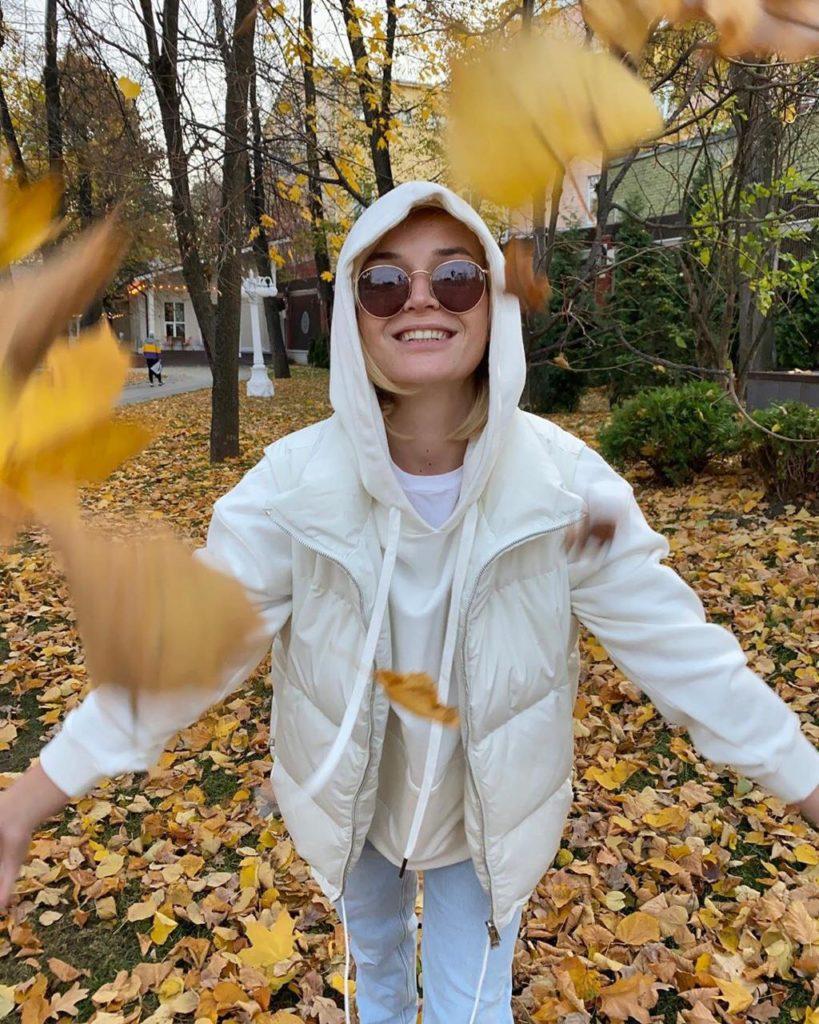 Полина Гагарина радуется опавшей листве