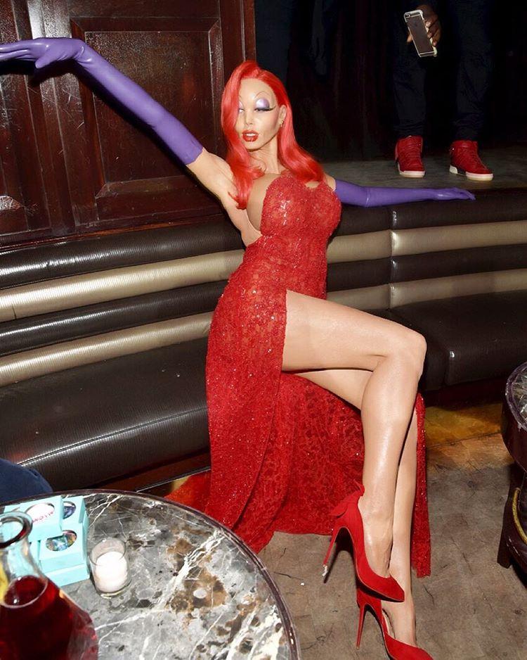 А так можно? Беременная Эшли Грэм праздновала Хэллоуин в латексом костюме