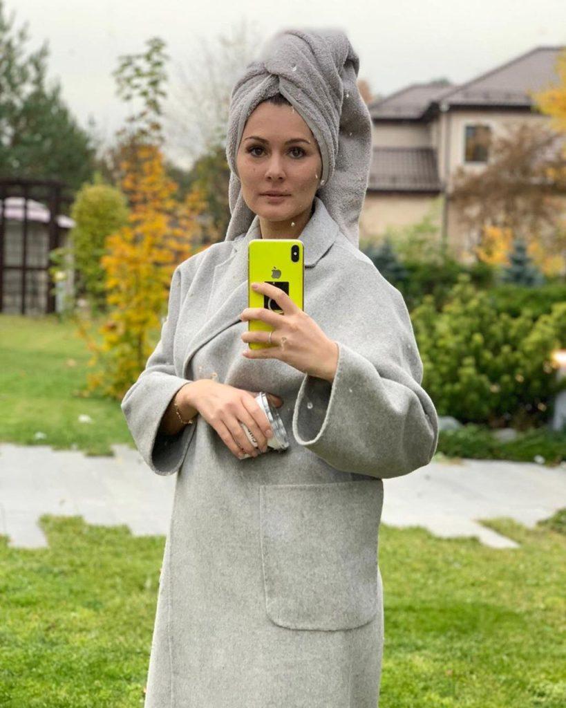 Мария Кожевникова готовится к съемкам в осеннем саду