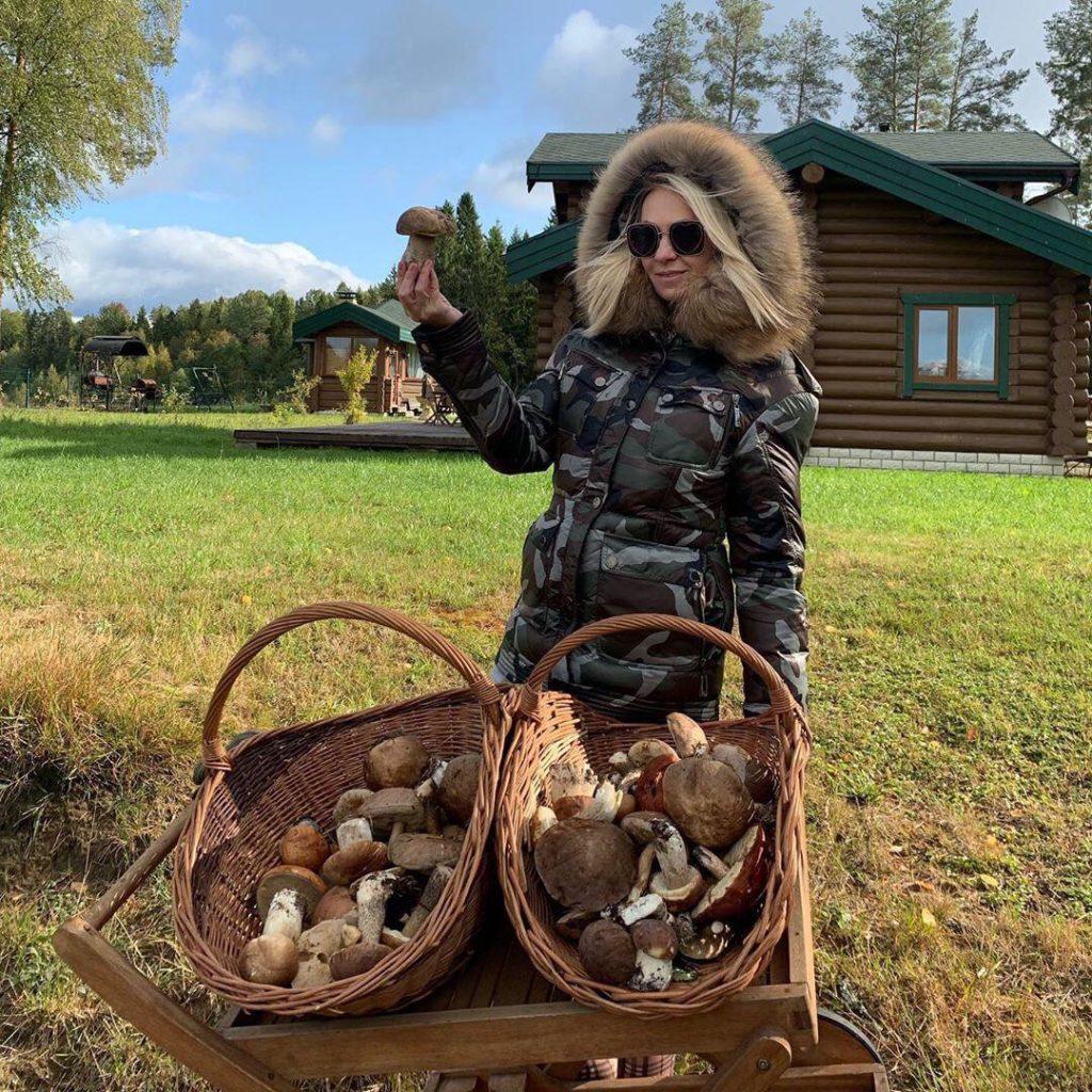 Яна Рудковская сходила за грибами