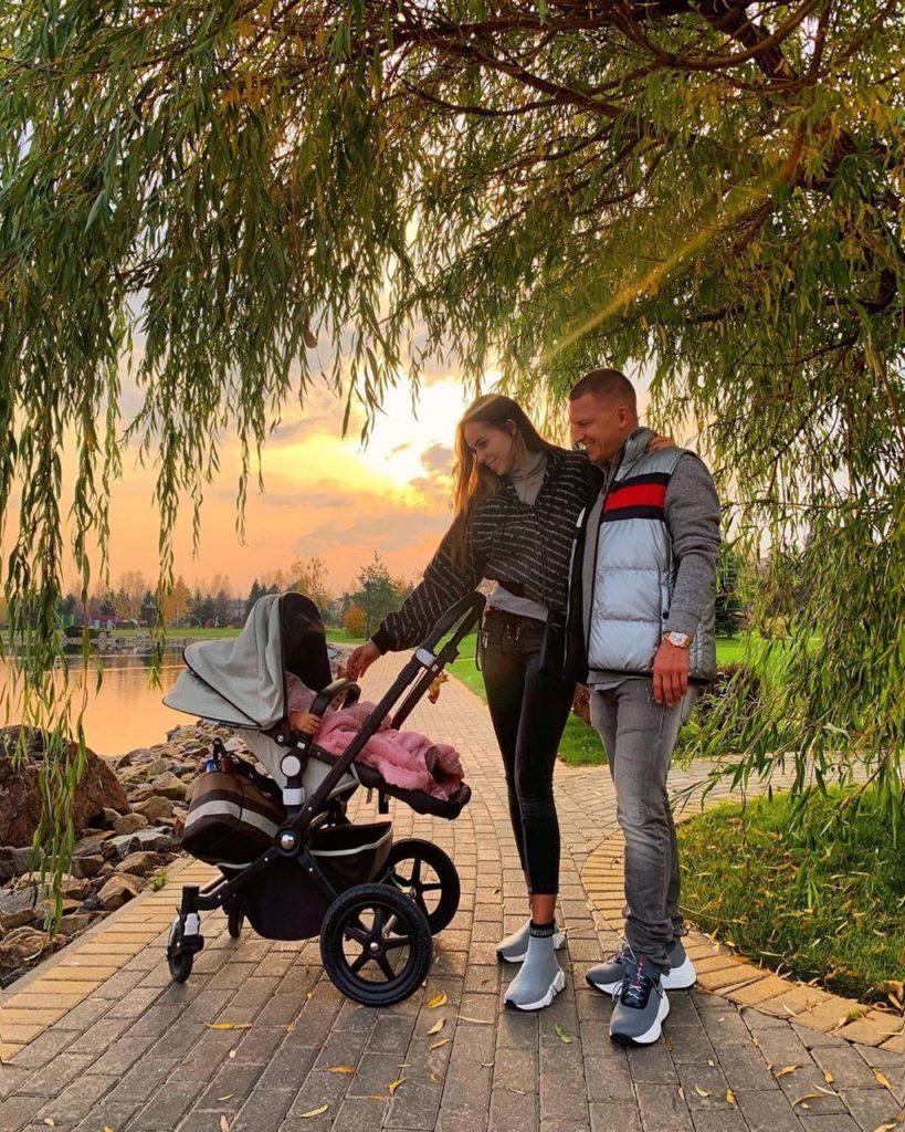 Ханна и Пашу на прогулке с дочкой в парке