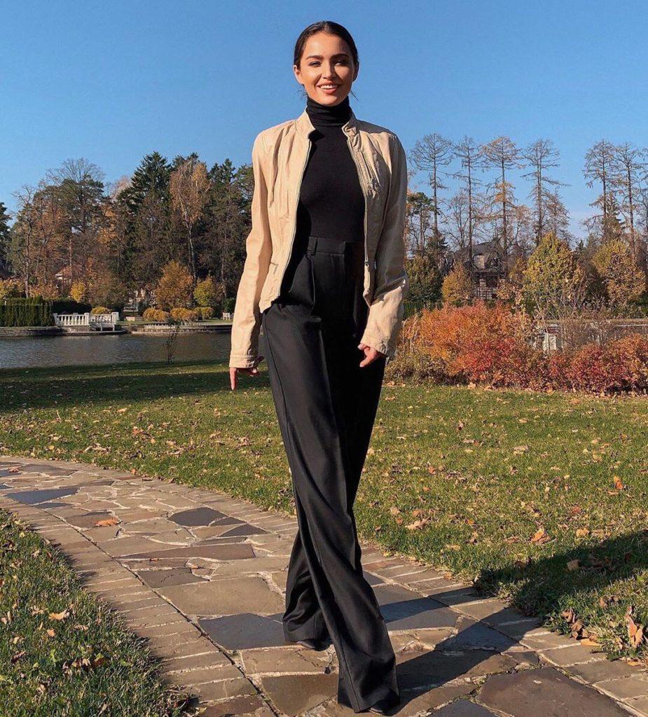 Мария Мельникова гуляет в парке