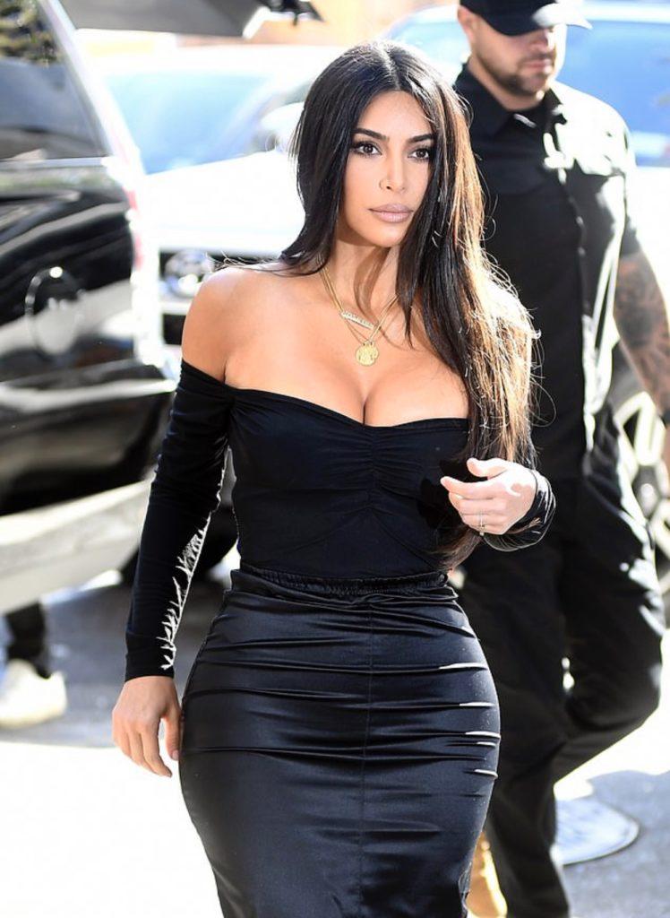 Ким Кардашьян прогулялась с огромным декольте. Но Канье заставил переодеться!